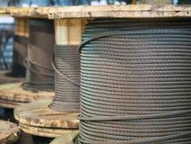 Almacenamiento de las bobinas de la cuerda de acero Imágenes de archivo libres de regalías