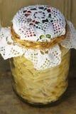 Almacenamiento de las pastas en un tarro de cristal Foto de archivo