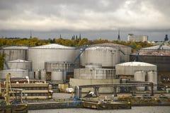 Almacenamiento de los tanques de petróleo fotografía de archivo libre de regalías