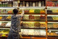 Almacenamiento de una tienda de alimentación specialsy de Turish en Estambul, tienda de Turquía imagenes de archivo