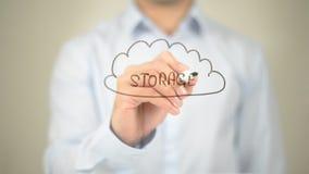 Almacenamiento, ejemplo de la nube, escritura del hombre en la pantalla transparente foto de archivo