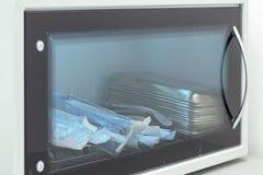 Almacenamiento incorrecto en esterilizador herramientas dentales médicas de las fuentes fotos de archivo