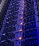 Almacenamiento moderno de los servidores de la cuchilla en la vertical del centro de datos imagen de archivo