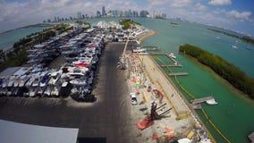Almacenamiento video aéreo del puerto deportivo y del barco metrajes