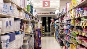 Almacenamiento y pasillo de los accesorios del lavadero