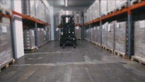 Almacene al trabajador con un camión de plataforma amarillo de la mano almacen de metraje de vídeo