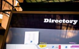 Almacene el directorio en una alameda de compras con el contraluz fotografía de archivo libre de regalías