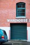 Almacene el edificio hecho de ladrillos rojos con la puerta y la ventana Fotografía de archivo