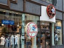 Almacene el frente de la tienda del equipo de los New York Yankees en la 5ta avenida en nuevo imagen de archivo libre de regalías