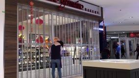 Almacene el plum?n cerrado en la noche dentro de la alameda del centro de Coquitlam almacen de video