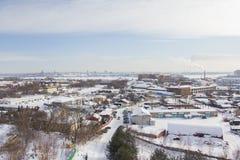 Almacenes e industria - paisaje de la ciudad de la nieve del invierno foto de archivo
