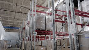 Almacenes en la empresa industrial Los estantes se muestran en el movimiento almacen de metraje de vídeo