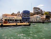 ALMADA,葡萄牙- 2017年7月20日:老大厦和餐馆Cacilhas小村庄的在Almada 免版税库存照片