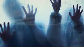 Almas de la gente muerta que mancha sangre en la superficie transparente, película de terror asustadiza almacen de video