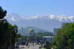 Almaty budynki z góry tłem i meczet Zdjęcia Stock