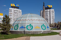 Almaty - byggnader på republikfyrkanten Arkivbilder