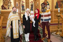 ALMATY, CAZAQUISTÃO - 17 DE DEZEMBRO: Cerimônia do batismo o 17 de dezembro de 2013 em Almaty, Cazaquistão. Família que comemora o Imagem de Stock Royalty Free