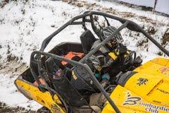 Almaty, Cazaquistão - 21 de fevereiro de 2013. Competência fora de estrada em jipes, competição do carro, ATV. Raça tradicional Fotos de Stock Royalty Free