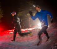 ALMATY, CAZAQUISTÃO - 18 DE FEVEREIRO DE 2017: Competições da noite nos montes da cidade de Almaty, no Trailrunning Foto de Stock