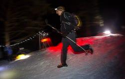 ALMATY, CAZAQUISTÃO - 18 DE FEVEREIRO DE 2017: Competições da noite nos montes da cidade de Almaty, no Trailrunning Imagem de Stock Royalty Free