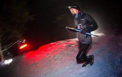 ALMATY, CAZAQUISTÃO - 18 DE FEVEREIRO DE 2017: Competições da noite nos montes da cidade de Almaty, no Trailrunning Fotografia de Stock