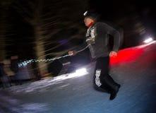 ALMATY, CAZAQUISTÃO - 18 DE FEVEREIRO DE 2017: Competições da noite nos montes da cidade de Almaty, no Trailrunning Fotos de Stock