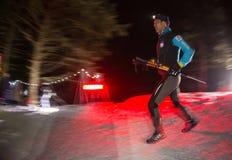 ALMATY, CAZAQUISTÃO - 18 DE FEVEREIRO DE 2017: Competições da noite nos montes da cidade de Almaty, no Trailrunning Imagens de Stock Royalty Free