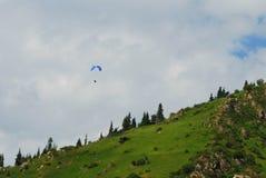 Almaty góry z paraplane lataniem w niebie Obraz Stock
