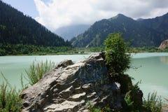 Almaty grande Lakeen el parque nacional de Ile-Alatau Foto de archivo libre de regalías