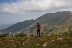 ALMATY, IL KAZAKISTAN - 20 AGOSTO: Funzionamenti di Skyrunner nelle montagne Immagini Stock Libere da Diritti
