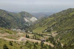 Almaty, il Kazakistan, il 6 agosto 2018: Metà di stazione di Ski Resort Shymbulak Mountains fotografia stock libera da diritti