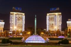 Almaty, il Kazakistan - 29 agosto 2016: Rappresentante del monumento di indipendenza Immagine Stock Libera da Diritti