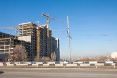 Almaty, il Kazakistan 18/12/2014 Costruzione di multipiano, MU Immagini Stock
