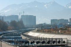 Almaty, il Kazakistan 18/12/2014 Costruzione di multipiano, MU Immagine Stock Libera da Diritti