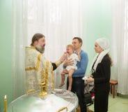 ALMATY, IL KAZAKISTAN - 17 DICEMBRE: Cerimonia di battesimo il 17 dicembre 2013 a Almaty, il Kazakistan. Immagini Stock Libere da Diritti