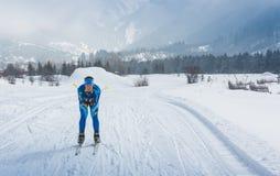 ALMATY, IL KAZAKISTAN - 18 FEBBRAIO 2017: concorsi dilettanti nella disciplina di sci di fondo, sotto il nome di Fotografia Stock