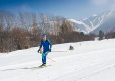 ALMATY, IL KAZAKISTAN - 18 FEBBRAIO 2017: concorsi dilettanti nella disciplina di sci di fondo, sotto il nome di Immagine Stock