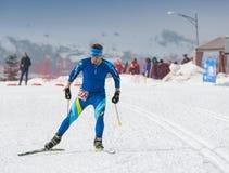 ALMATY, IL KAZAKISTAN - 18 FEBBRAIO 2017: concorsi dilettanti nella disciplina di sci di fondo, sotto il nome di Immagini Stock Libere da Diritti