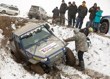 Almaty, il Kazakistan - 21 febbraio 2013. Corsa fuori strada sulle jeep, concorrenza dell'automobile, ATV. Corsa tradizionale Immagine Stock