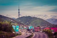 ALMATY, IL KAZAKISTAN - 6 MAGGIO: Collina di Kok Tobe e torre della TV La città rivaleggia Immagine Stock