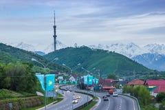 ALMATY, IL KAZAKISTAN - 6 MAGGIO: Collina di Kok Tobe e torre della TV La città rivaleggia Fotografie Stock
