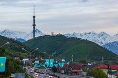 ALMATY, IL KAZAKISTAN - 6 MAGGIO: Collina di Kok Tobe e torre della TV La città rivaleggia Fotografia Stock