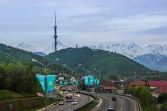 ALMATY, IL KAZAKISTAN - 6 MAGGIO: Collina di Kok Tobe e torre della TV La città rivaleggia Fotografia Stock Libera da Diritti