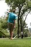 Almaty, il Kazakistan - 04,07,2013: slacklining dentro Fotografie Stock Libere da Diritti