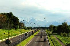 Almaty, il Kazakistan, vista alla strada principale ed alla teleferica orientali di esclusione Fotografia Stock