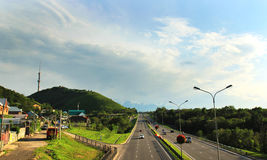 Almaty, il Kazakistan, vista alla strada principale orientale di esclusione e Kok-Tobe Fotografia Stock