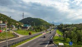Almaty, il Kazakistan, vista alla strada principale orientale di esclusione e Kok-Tobe Fotografie Stock