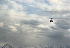 Almaty, il Kazakistan, vista alle montagne ed alla teleferica Immagine Stock Libera da Diritti