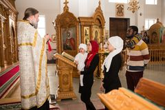 ALMATY, KASACHSTAN - 17. DEZEMBER: Taufzeremonie am 17. Dezember 2013 in Almaty, Kasachstan. Stockbild