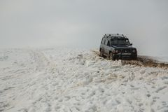 Almaty, Kasachstan - 21. Februar 2013. Laufen nicht für den Straßenverkehr auf Jeeps, Autowettbewerb, ATV. Traditionelles Rennen Stockbild